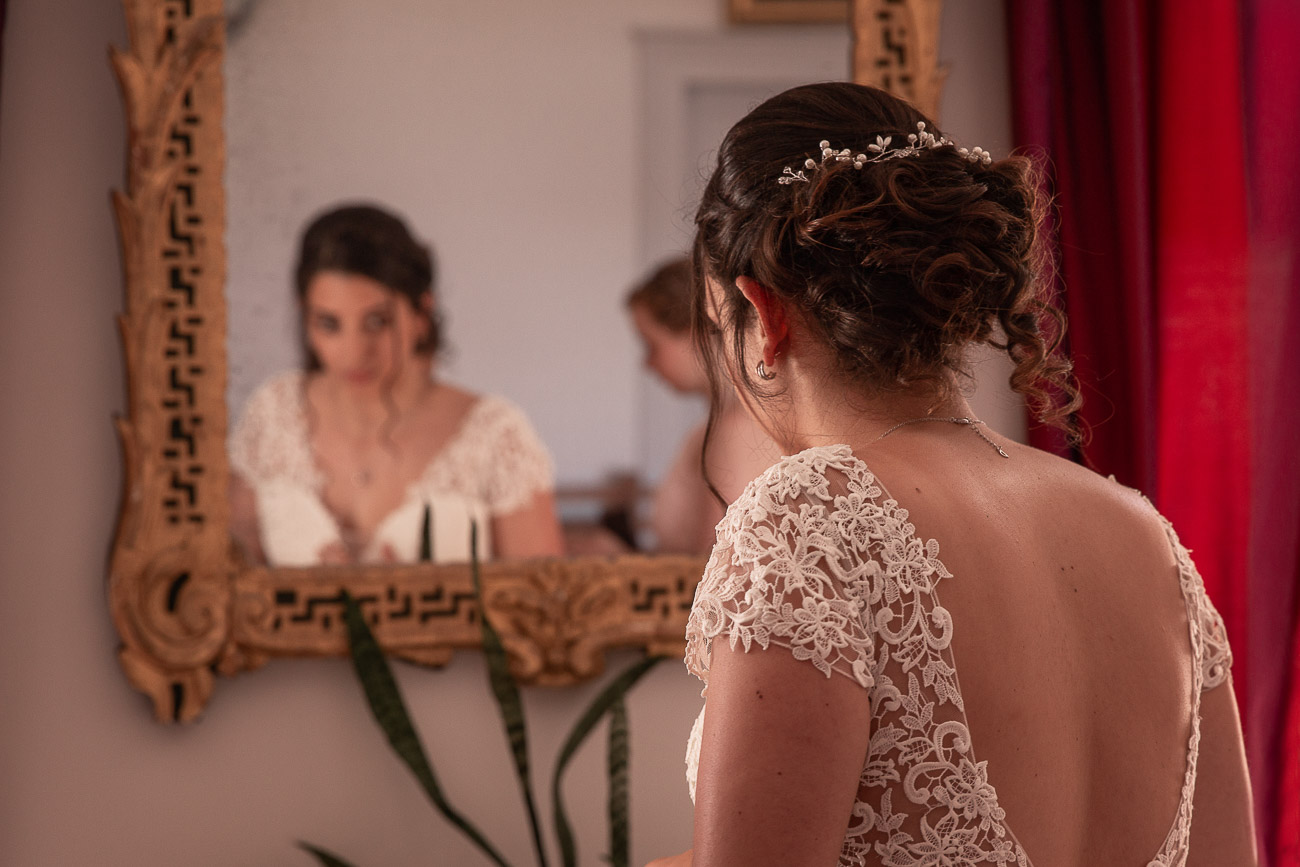 Mariée se ragardant dans un miroir