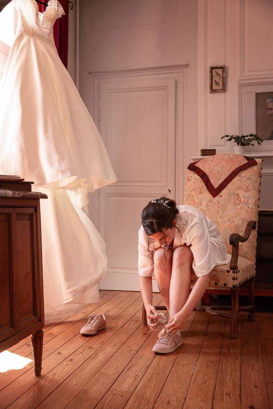 Mariée qui se chausse